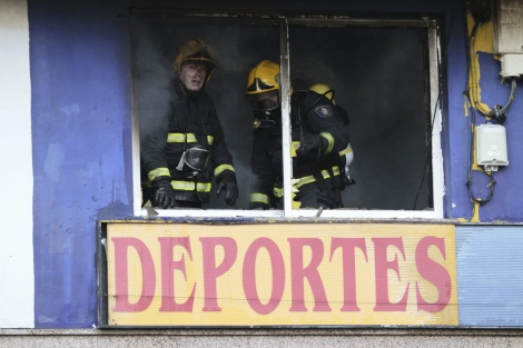 El incendio afectó a un almacén de ropa deportiva.   Efe