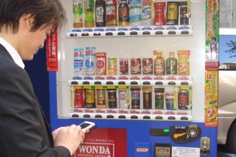 Fotografía de la máquina expendedora de Asahi Soft Drinks.