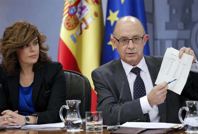 La vicepresidenta, Soraya Sáenz de Santamaría, y el ministro de Hacienda, Cristóbal Montoro.   Efe