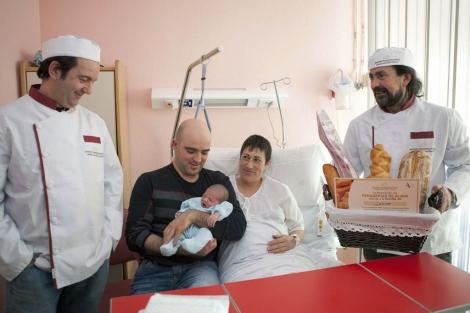 Miembros de la Asociación de Panaderías de Álava hace entrega del pan. | Efe