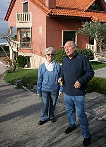 Luciano y Áurea, junto a su vivienda. | R. G.