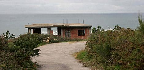 Una de las casas con sentencia de derribo y sin terminar de construir. | R. G.