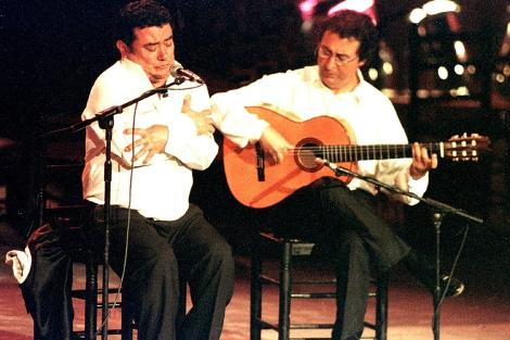 El guitarrista sevillano Enrique de Melchor, junto a José Menese en un recital. | Efe