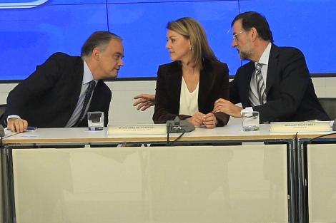 Rajoy hace un comentario a Pons en presencia de Cospedal. | Begoña Rivas