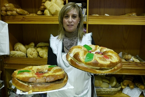 La dependienta de una pastelería de Jaén muestra dos roscones de Reyes.   M. Cuevas