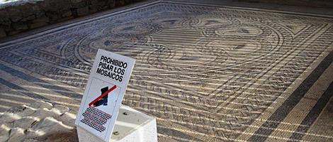 Mosaico que aún se conserva en la localidad de Baños de Valdearados. | ECB