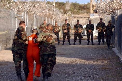 Soldados estadounidenses trasladan a un preso a su celda.| Reuters