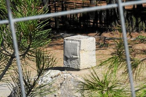 El monolito en memoria del poeta en Alfacar, tras la verja de las excavaciones. | J.G.H.