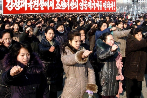 Mujeres norcoreanas muestran su apoyo a Kim Jong-un. | Afp
