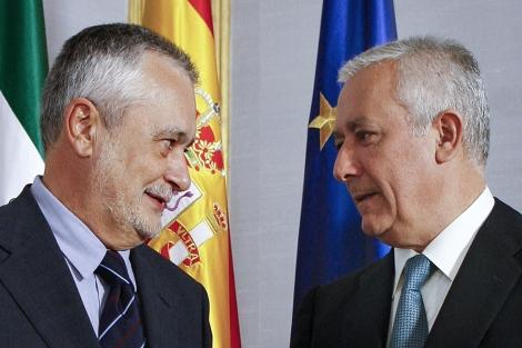 Griñán conversa con Arenas en un acto en el Parlamento andaluz. | Efe