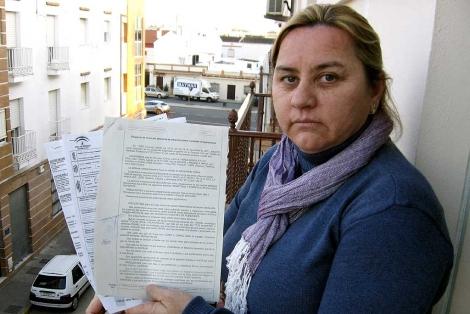 La madre de la joven, Manuela González, con la denuncia de la Guardia Civil.   Efe