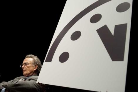 El profesor Robert Socolow, durante el acto en el que atrasaron un minuto el reloj del apocalipsis.   AFP