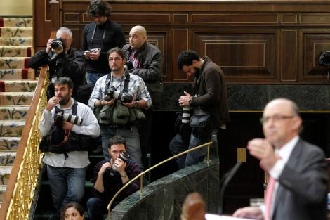 La tribuna de fotógrafos en el primer pleno del año. | Jose Aymá