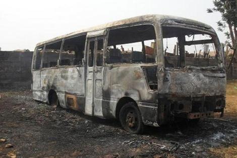 Restos de un autobús escolar tras un atentado en la mezquita central de Benín. | Afp