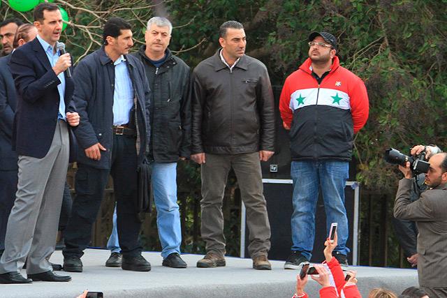 Asad, en Damasco, asegura este miércoles ante miles de seguidores que acabará con la conspiración. | Afp