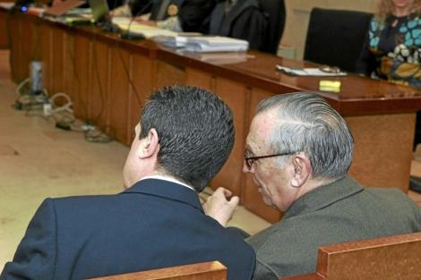 Jaume Matas y el periodista Antonio Alemany, en el banquillo. | J. Vicens