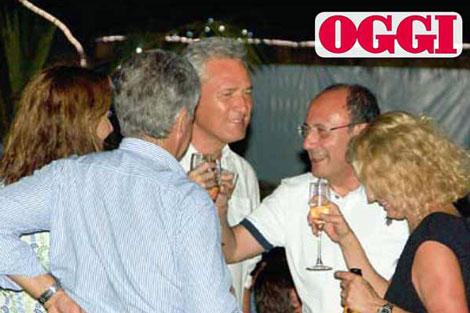 Rutelli y Schifani brindan en el restaurante del resort.   Oggi
