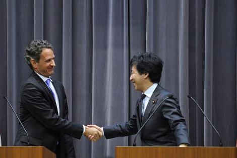 Geithner (izda.) y Azumi, tras la rueda de prensa en Tokio. | Efe