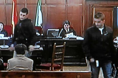 Miguel Carcaño (derecha) y Samuel Benítez, durante el juicio.
