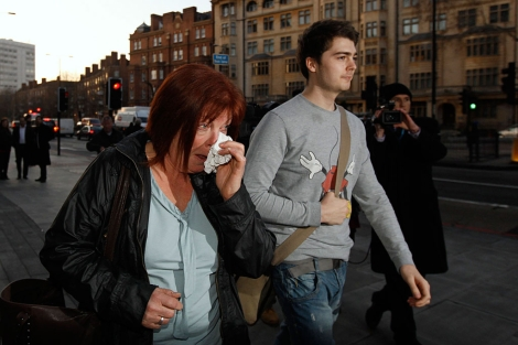 Richard O'Dwyer y su madre salen del tribunal. | Reuters