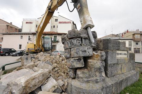 Derribo del monumento en 2009. | V. Guisande