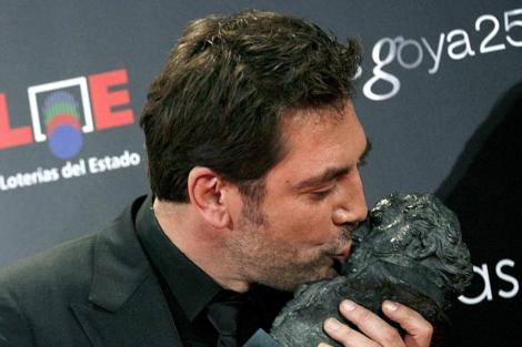 Javier Bardem besa su Goya en 2012.  Efe