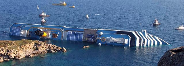 El crucero 'Costa Concordia' tras encallar frente a las costas de la isla de Giglio. | Efe VEA MÁS FOTOS