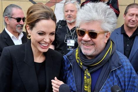 Angelina Jolie con Pedro Almodóvar, a su llegada al Teatro Egipcio de Hollywood. | AFP