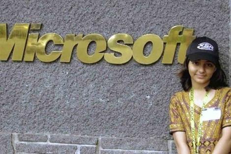 La niña paquistanía cuando visitó la compañía estadounidense. | Efe