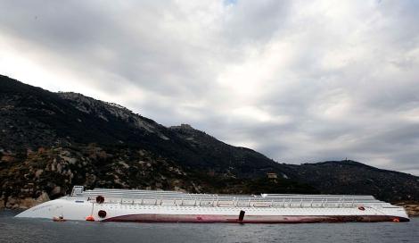 El crucero, encallado en la costa. | Reuters
