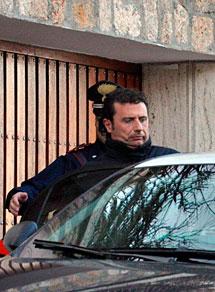 Schettino, el sábado con un policía. | AFP