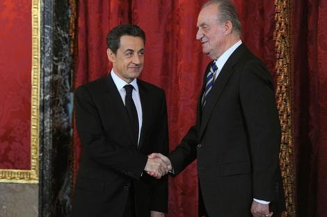 El Rey saluda a Sarkozy en el Palacio Real. | Afp