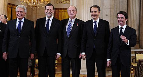 Foto inédita de ex presidentes con el Rey. | Afp