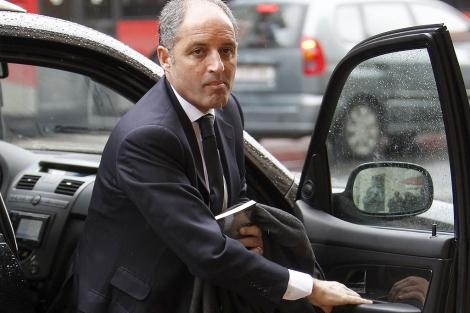 Francisco Camps baja de su coche para entrar en el TSJ.   José Cuéllar