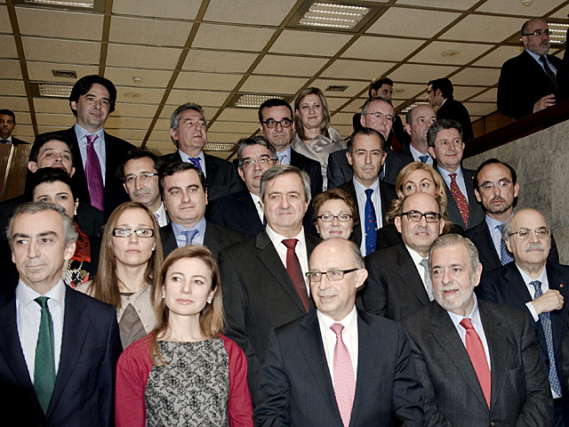 Foto de familia entre Gobierno y consejeros de Hacienda autonómicos.   Efe