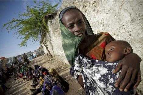 Una somalí cuida de su hijo, que presenta desnutrición severa, en Mogadiscio.   Stuart Price