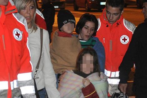 Algunos de los niños que fueron evacuados del crucero. | Afp