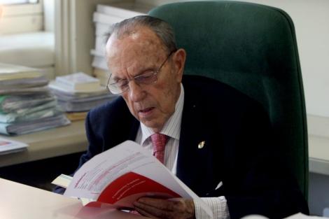 Manuel Fraga, en su despacho del Senado. | Diego Sinova