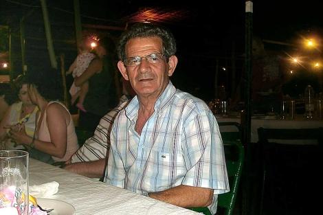 A. Fernández, vecino de Portugalete, durante una cena familiar en Coria, Extremadura. | E. M.