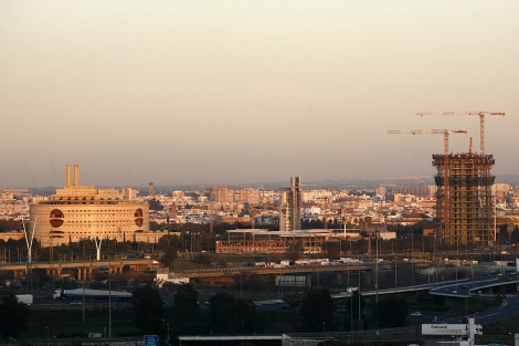 El rascacielos -ya en la planta 14 sobre 42- destaca sobre el perfil de Sevilla.   E. Lobato