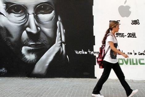 Steve Jobs, retratado en un mural en Sevilla. | Carlos Márquez