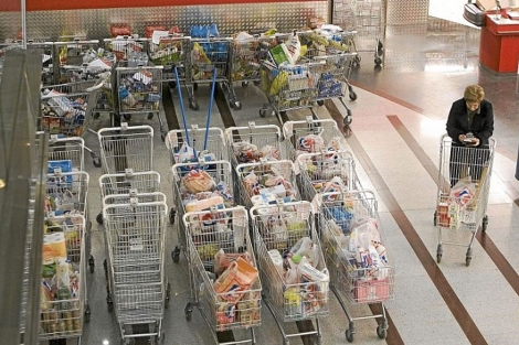 Carros de compra con comida alineados en un centro comercial. | Justy García Koch