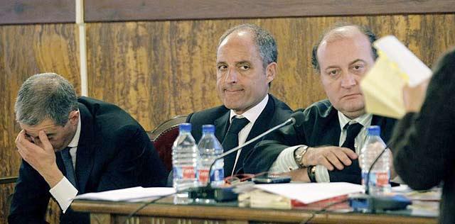Los acusados junto a Juan Casanueva, abogado de Ricardo Costa | Efe