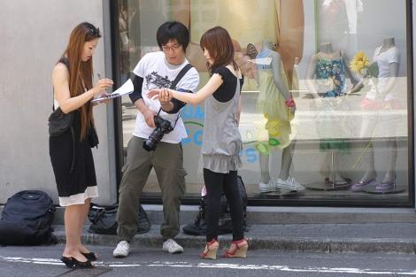 Dos 'coolhunters' analizan las tendencias en moda de una joven en Tokio. | D.M.