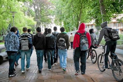 Un grupo de adolescentes camina por el País Vasco.   EL MUNDO