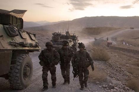 Soldados franceses patrullan por territorio afgano. | Afp