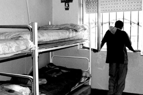 Un menor infractor mira en su habitación por de una ventana. | Foto de archivo EL MUNDO