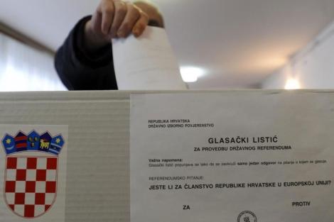 Un hombre vota en Zagreb el referéndum de adhesión a la UE. | Reuters