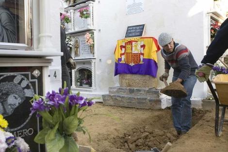 Los arqueólogos, durante la exhumación en el cementerio de Gerena este lunes. | Efe