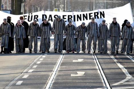 Manifestantes vestidos de prisioneros en Magdeburg, Alemania. | AFP